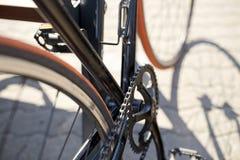 Закройте вверх фиксированного велосипеда шестерни на улице города Стоковое Изображение RF