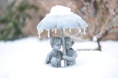 Закройте вверх фонтана мальчика & девушки в задворк Стоковое Изображение