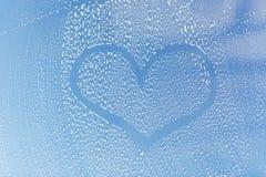 Закройте вверх формы сердца на мыльном стекле окна Стоковая Фотография