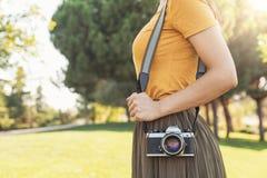 Закройте вверх фотографа с ее камерой Стоковое Фото