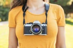 Закройте вверх фотографа с ее камерой Стоковое Изображение RF