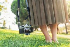 Закройте вверх фотографа с ее камерой Стоковая Фотография RF