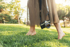 Закройте вверх фотографа с ее камерой Стоковые Изображения