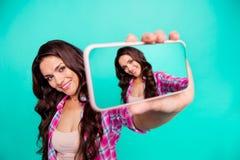 Закройте вверх фото красивое она ее дама держит для того чтобы выглядеть, что умным телефоном сделала для того чтобы принять self стоковые фото