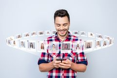 Закройте вверх фото радостное он он его телефон владением парня имея болтовню аранжировать интернет свидания вслепую выберите илл стоковое фото