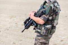 Закройте вверх французского солдата с автоматическим положением riffle, войны и аварийной ситуации стоковое фото