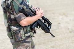 Закройте вверх французского солдата с автоматическим riffle, концепцией положения войны непредвиденной стоковая фотография