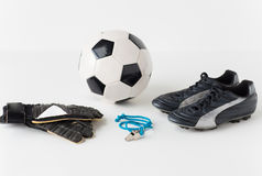 Закройте вверх футбольного мяча, перчаток, свистка и ботинок Стоковые Изображения