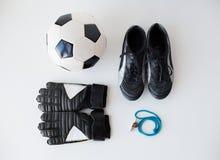 Закройте вверх футбольного мяча, перчаток, свистка и ботинок Стоковая Фотография