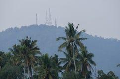 Закройте вверх холма Bukit Mertajam с башней радиосвязи Стоковые Фотографии RF