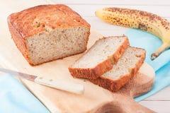 Закройте вверх хлеба банана на деревянной прерывая доске Стоковое Фото