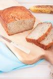 Закройте вверх хлеба банана на деревянной прерывая доске Стоковое Изображение