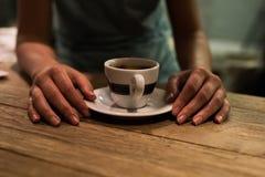Закройте вверх чашки в кофейне стоковые изображения