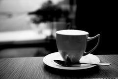 Закройте вверх чашки горячего кофе, черно-белого тона Стоковое Изображение RF