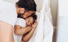 Закройте вверх человека изнеживая его ребенк стоковые изображения rf