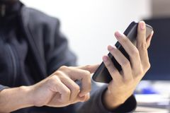 Закройте вверх человека используя передвижной умный телефон стоковые изображения