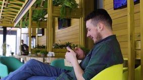 Закройте вверх человека используя smartphone в кафе видеоматериал