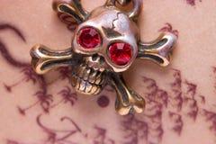 Закройте вверх черепа металла с красными глазами Стоковое фото RF