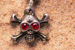 Закройте вверх черепа металла с красными глазами Стоковые Изображения RF
