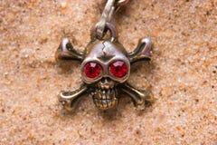 Закройте вверх черепа металла с красными глазами Стоковое Изображение