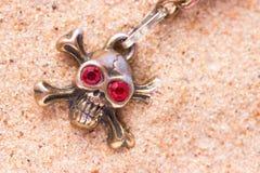Закройте вверх черепа металла с красными глазами Стоковое Изображение RF