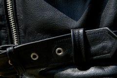 Закройте вверх черного кожаного пояса куртки велосипедиста Стоковые Изображения RF