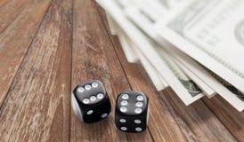Закройте вверх черных кости и денег наличных денег доллара Стоковая Фотография RF