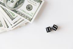 Закройте вверх черных кости и денег доллара на таблице Стоковые Изображения RF