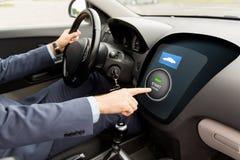 Закройте вверх человека в автомобиле с стартером на компьютере стоковые изображения rf