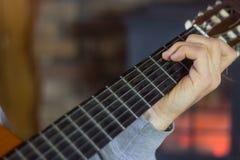 Закройте вверх человека играя гитару Стоковое Фото