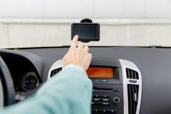 Закройте вверх человека при навигатор gps управляя автомобилем Стоковые Изображения