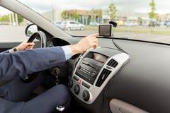 Закройте вверх человека при навигатор gps управляя автомобилем Стоковое Изображение