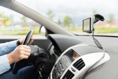 Закройте вверх человека при навигатор gps управляя автомобилем Стоковая Фотография RF