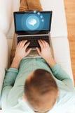 Закройте вверх человека работая с компьтер-книжкой дома Стоковые Фотографии RF