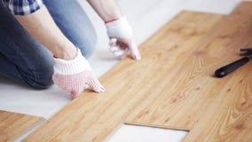 Закройте вверх человека устанавливая деревянный настил