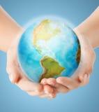 Закройте вверх человеческих рук с глобусом земли Стоковые Изображения RF
