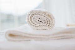 Закройте вверх чистых белых полотенец Стоковые Изображения RF