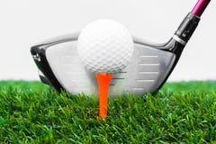 Закройте вверх шара для игры в гольф и водителя стоковое изображение rf