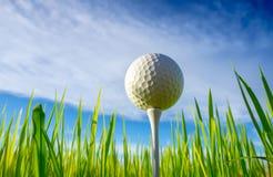 Закройте вверх шар для игры в гольф на колышках тройника готовых для игры с предпосылкой неба стоковое фото