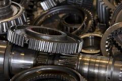 Закройте вверх шестерней в фабрике автомобиля, части автомобиля, индустриях и производстве Стоковые Изображения