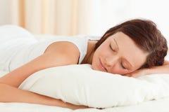 Закройте вверх шикарной женщины в ее кровати стоковое фото rf