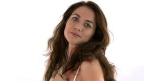 Закройте вверх шикарной испанской женщины играя с ее волосами сток-видео