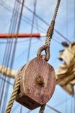 Закройте вверх шкива старого парусного судна деревянного Стоковое Изображение