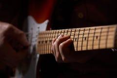 Закройте вверх электрического гитариста Стоковая Фотография