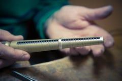 Закройте вверх ювелира используя дорн кольца для того чтобы измерить размер w Стоковое фото RF