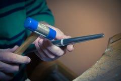 Закройте вверх ювелира используя инструменты в proce ремесла руки обручального кольца Стоковая Фотография
