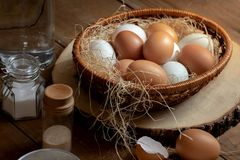Закройте вверх яичек в корзине с flavoring стоковое изображение rf