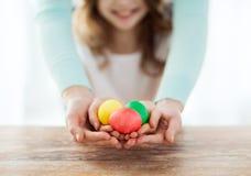 Закройте вверх яичек девушки и матери покрашенных удерживанием Стоковые Изображения RF