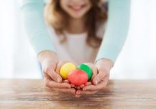 закройте вверх яичек девушки и матери покрашенных удерживанием Стоковое Фото