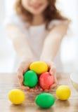Закройте вверх яичек девушки покрашенных удерживанием Стоковое Фото